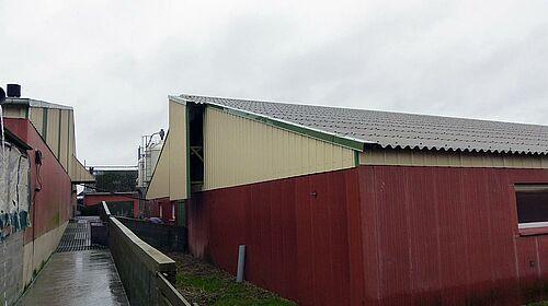 L'extérieur de la nouvelle porcherie équipée du matériel d'élevage et des systèmes d'alimentation Big Dutchman