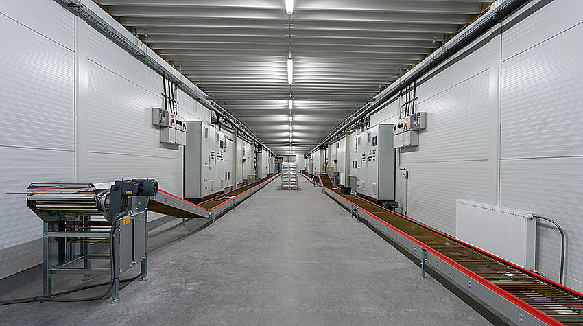 Long couloir avec convoyeur à œufs