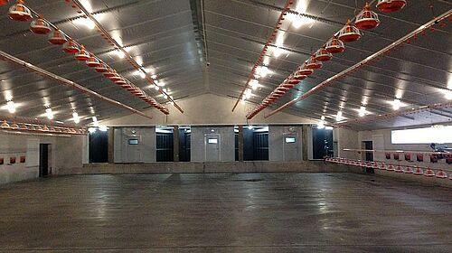 L'intérieur du bâtiment avec le matériel de traitement de l'air évacué