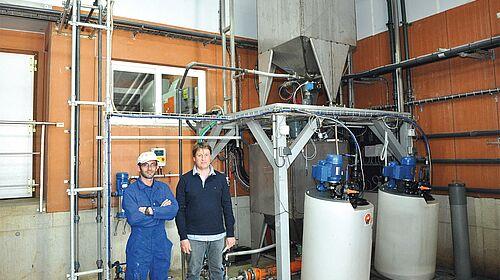 Les gérants de la SARL Le Mené devant le système d'alimentation soupe HydroAir