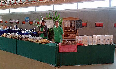 Des stands de vente des spécialités régionales à l'intérieur
