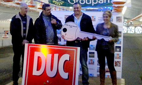 Lors de l'inauguration du poulailler Jean-Marc Frobert présente une clé symbolique à Emmanuel Dochier et son epouse Laurie.