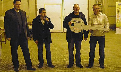 Louis-Paul ( 2ième à droite ) et Daniel Boudaud reçoivent une clé symbolique
