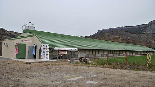 Vue sur le bâtiment élevage en volière