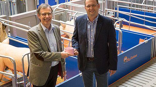 Magnus Westerkamp et Björn Markus dans le hall d'exposition Big Dutchman