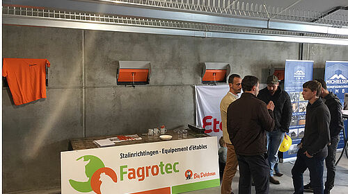 Stand d'informations Fagrotec avec les visiteurs
